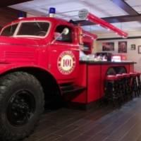 Пожарная машина в интерьере ресторана 101